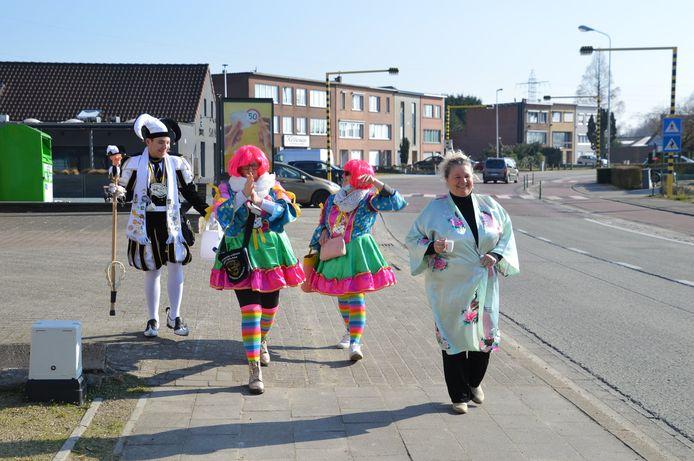 De vier carnavalisten van carnavalsvereniging De Stannewieken hielden een bescheiden kroegentocht.