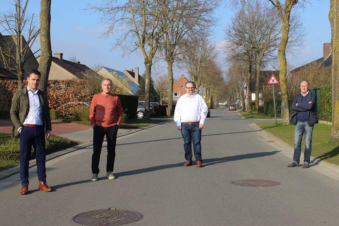Kristof De Blaere (links) in maart van dit jaar, bij enkele buren in de Nieuwstraat.
