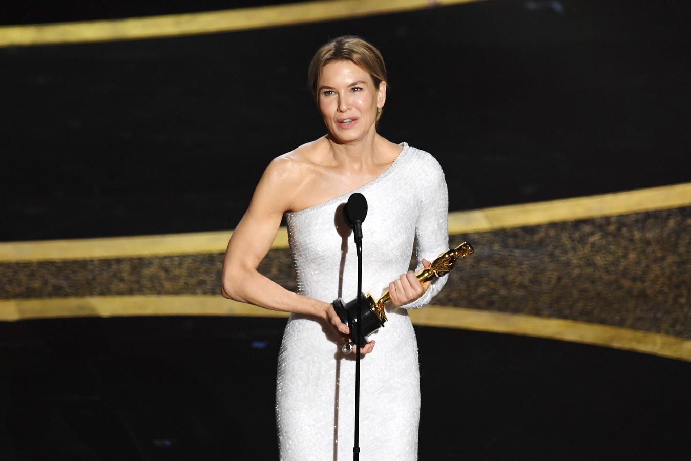 Renee Zellweger met haar Oscar voor beste actrice, voor haar rol in 'Judy'.
