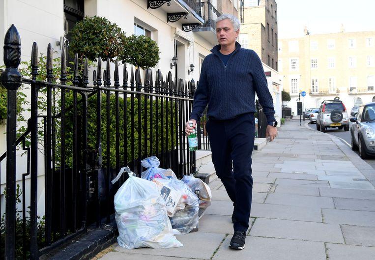 José Mourinho wandelt naar zijn huis in Londen, na zijn ontslag bij Spurs. Beeld REUTERS