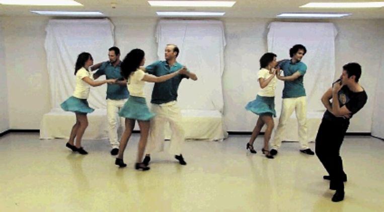 Maartje de Jong en vrienden dansen haar hersenonderzoek. (Trouw) Beeld