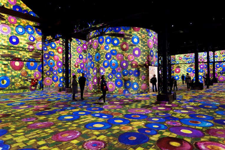 Kunst presenteren op deze manier vergt veel ruimte. De Zuiveringshal van het Westergasterrein biedt een oppervlakte van 2800 vierkante meter. Beeld Culturespaces - E. Spiller