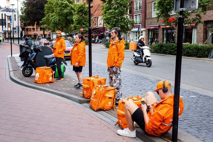 Een oranje file bij de McDonald's in Tilburg. Het filiaal op het Piusplein behoort wat bezorgingen betreft tot de drie drukste 'Macs' van Nederland.