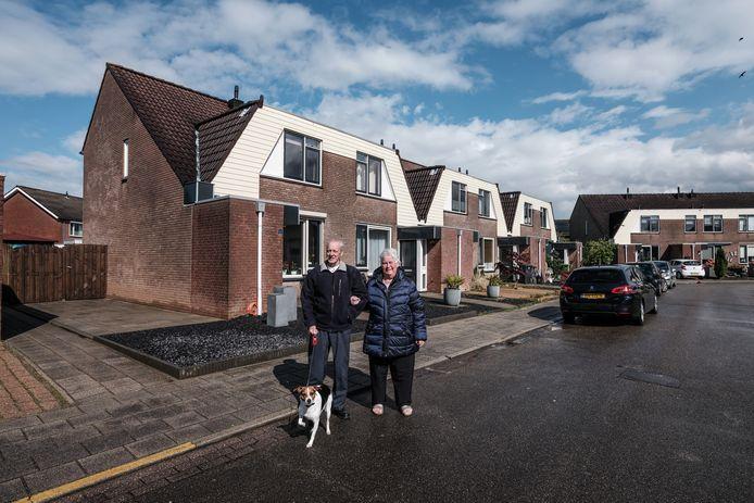Truus en Bennie Steennis, met hond Nona, bij hun woning aan De Vaargeul. Elf huizen in de straat worden gesloopt, vanwege verzakkingen.