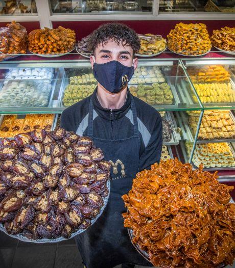 Rijen mensen voor de deur 'wegwerken' die inkopen doen voor iftar: 'Vandaag is het extreem'