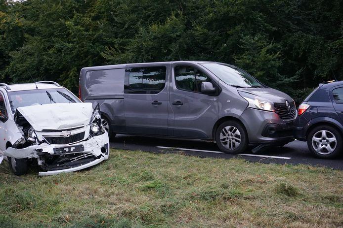 Ook de witte auto (links) raakte behoorlijk beschadigd aan de voorkant.