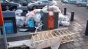 Afval bij het milieuplein bij Mirocenter aan de Gronausestraat in Enschede.