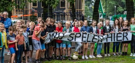 Leerlingen van basisschool De Wingerd in Twello starten vakantie met protest voor behoud van hun speelveld: 'Wij spelen hier!'