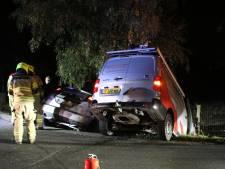 Busje en personenauto botsen frontaal in Harskamp: twee gewonden