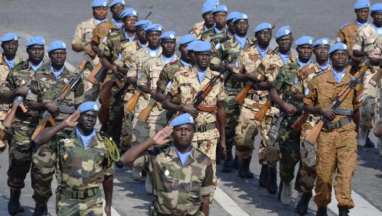 VN-blauwhelmen die naar Mali afreizen, marcheren door Parijs. Beeld AFP