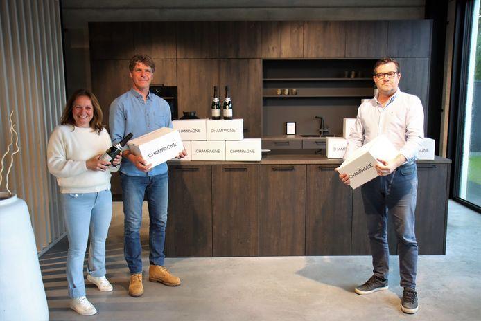 Nico Claeys, tweede van links, kwam de champagne ophalen bij Adrem Keukens.