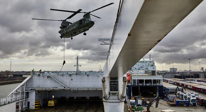 Oefening met Chinook helikopter bij DFDS in Vlaardingen.