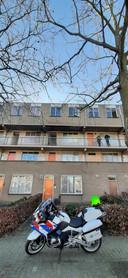 De politie doet even na 15.00 uur onderzoek bij de flat aan de Horstacker 15de straat waar eerder brand woedde.
