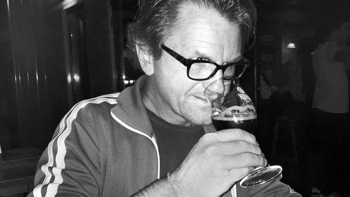 Historicus Leen Alberts proeft het middeleeuwse hoppenbier.