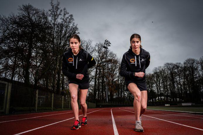 Marie (links) en Laure (rechts) stapelen de medailles op.