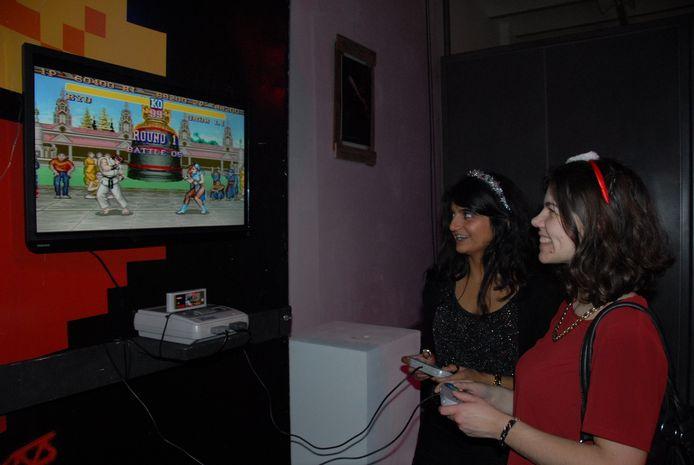 nkele karakteristieke Atari-games maakten deel uit van het jaren '80-decor. Sandra Janssen en Inge van Berkel vonden het hoogst amusant om een spelletje te spelen