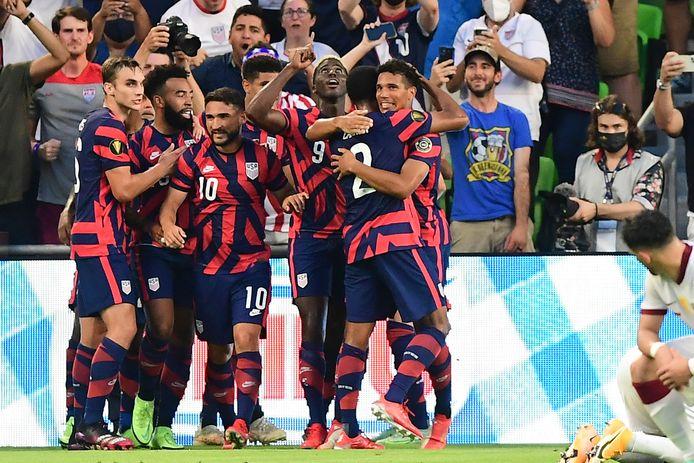 De Verenigde Staten vieren hun doelpunt tegen Qatar.
