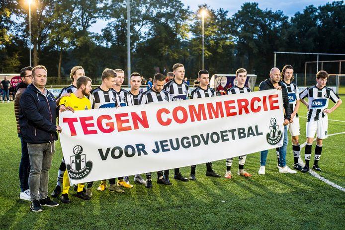 Spelers van AVC Heracles protesteerden onlangs voor de bekerwedstrijd tegen Achilles E.