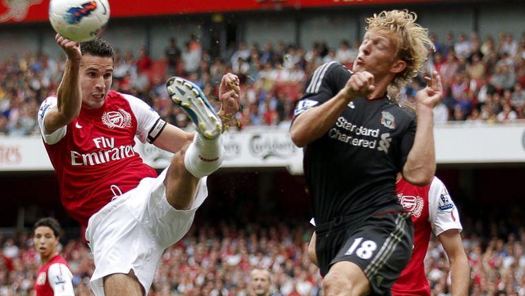Robin van Persie van Arsenal in duel met Dirk Kuyt. Beeld epa