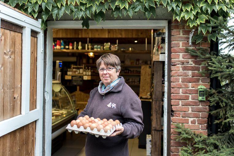 Lieve Verhelst is een landbouwer die aangesloten is bij de coöperatie Pomona. Ze verkoopt biologische geteelde groenten in haar boerderijwinkel. Beeld Tine Schoemaker