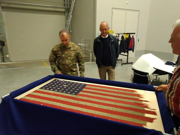 De D-Day vlag van de Rotterdamse zakenman Bert Kreuk vertrekt naar Amerika.