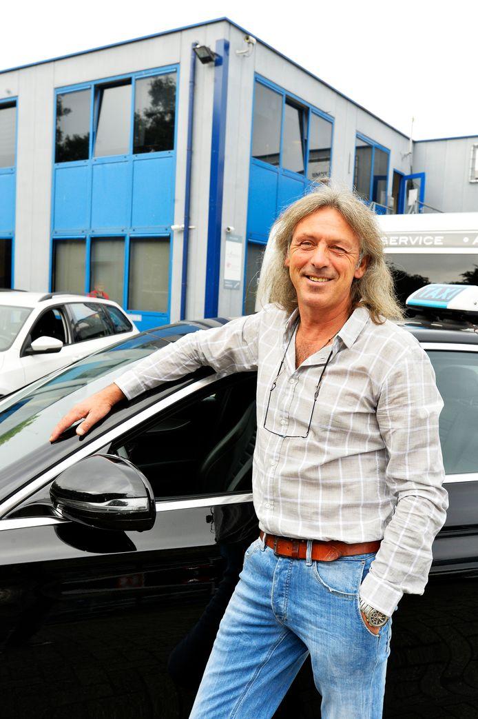 Bert Korthout, hier voor zijn bedrijfspand langs de autoboulevard van Kraaiven, heeft sinds 1988 tal van taxibedrijven overgenomen.