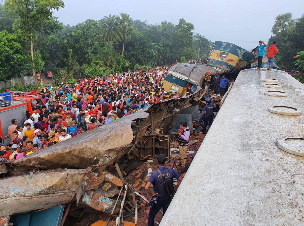 Honderden mensen bekijken de ravage.