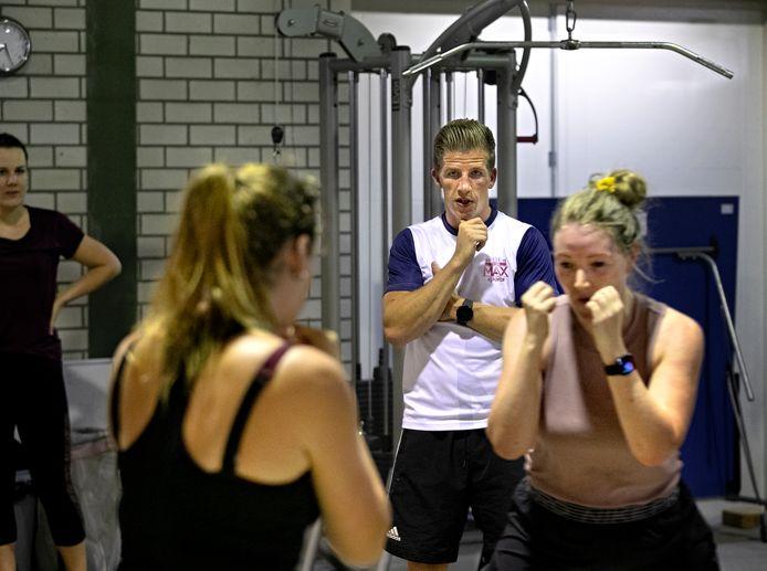 Max van der Pas is naast bokser personal trainer. Zijn klanten, zoals de vriendinnen Kim Rijkers, Tabea Stoll en Marloes de Bruijn, komen vooral voor het boksen, maar zijn vak behelst meer dat dat.