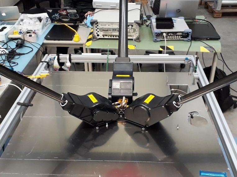 De drie uitgerolde antennes van het NCLE-experiment, tijdens een test op aarde. Beeld Radboud Radio Lab / ASTRON