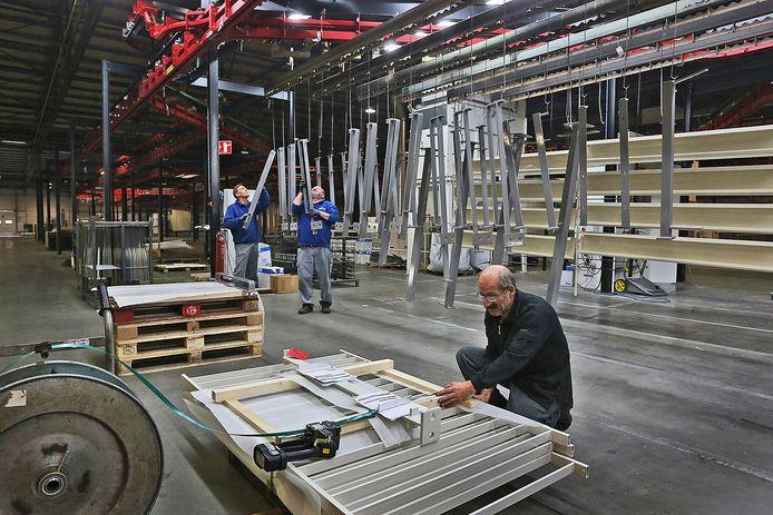 Werkzaamheden bij de Versteeg Metaal Groep in Heesbeen. Het bedrijf wordt onderdeel van bedrijvengroep S4G, waarvan B&G de bekendste is.