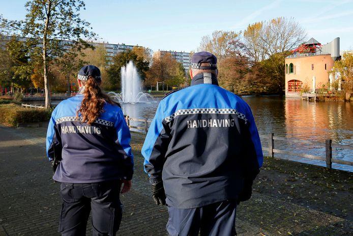 Handhavers zijn actief in Gorinchem. De politie deelde er het afgelopen jaar 192 boetes uit voor overtredingen van de coronaregels.