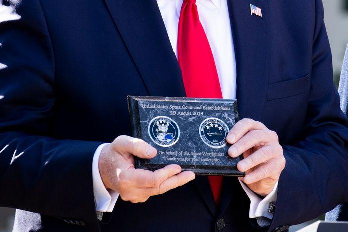 Trump toont een bedankje dat hij kreeg van de commandant van  US Space Command US, Air Force general John Raymond.