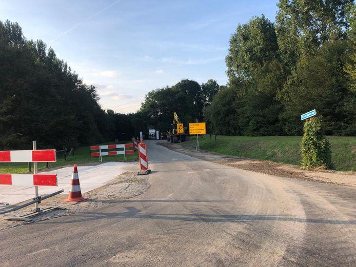 De Kamperweg is dicht tot juni 2022. Om het zware werkverkeer van TenneT aan te kunnen, worden bochten verruimd.