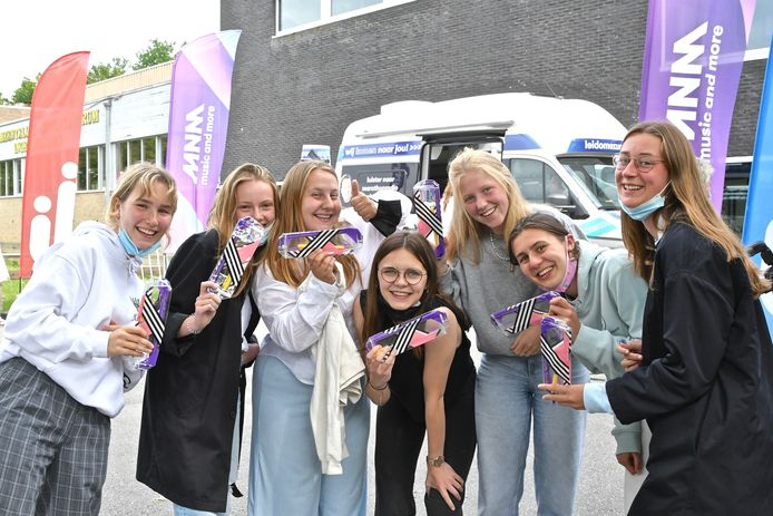 De studenten in Ingelmunster werden verrast door de MNM Pauzemobiel. Ze kregen ook een pennenzak.