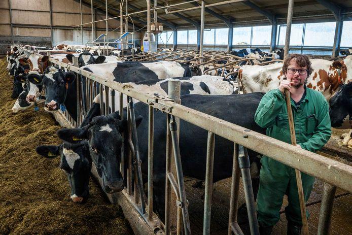 Kasper van Benthem op zijn boerderij in Blokzijl. Hij vreest samen met twaalf andere melkveebedrijven voor de toekomst van hun sector nu de provincie meer natuur wil in De Wieden.