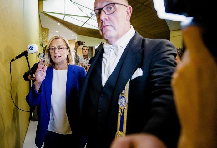 Demissionair minister van Buitenlandse Zaken Sigrid Kaag loopt naar de Tweede Kamer om bekend te maken dat ze terugtreedt als minister. Ze deed dat nadat de Tweede Kamer een motie van afkeuring had ingediend vanwege de chaotisch verlopen evacuatie uit Afghanistan.