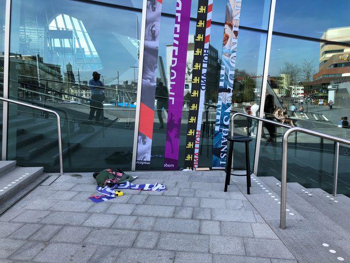 Bij station Arnhem Centraal zijn al proeven genomen met stroken van gerecyclede vlaggen. In juni en juli hangen ze op talloze plekken in de stad.