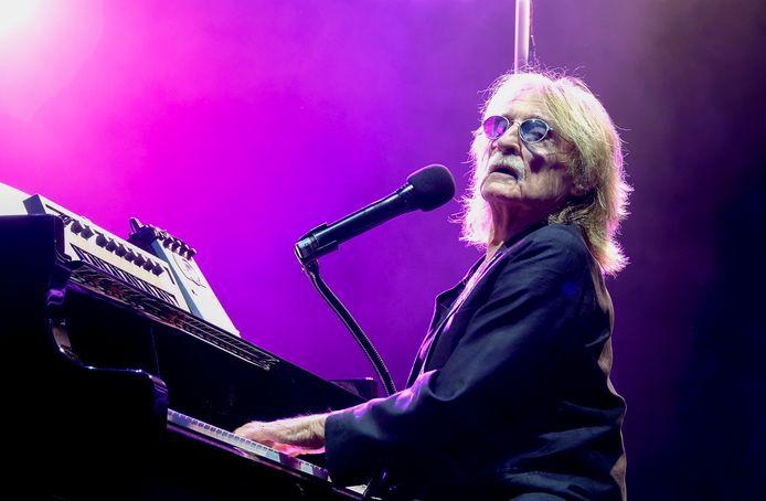 De Franse zanger Christophe testte positief voor het coronavirus en overleed aan de gevolgen ervan.