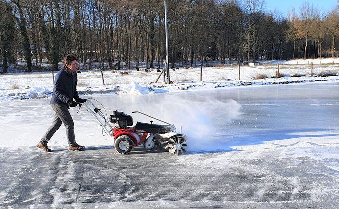 Werkzaamheden bij de ijsbaan in het Renkums Beekdal. Zaterdagmiddag geopend