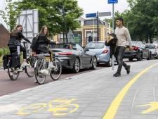 Gloednieuwe fietsstraat in Enschedese binnenstad, maar te weinig ruimte voor fietsers: hoe kan dat nou?