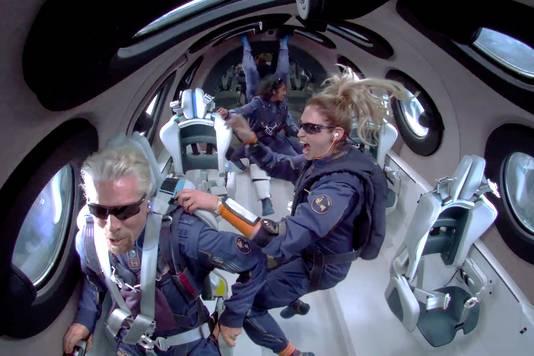 Videobeeld van Richard Branson en zijn medebemanningsleden Beth Moses en Sirisha Bandla tijdens hun momenten van gewichtloosheid gedurende de ruimtevlucht met de VSS Unity van Virgin Galactic in juli.