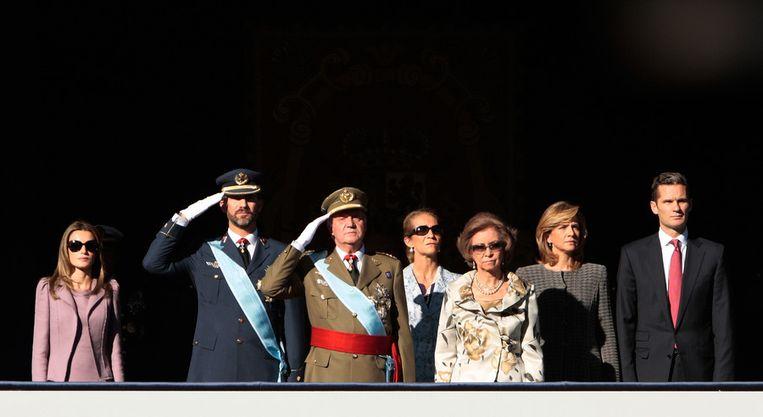 De Spaanse koninklijke familie bij een militaire parade in 2009. Urdangarin staat uiterst rechts. Beeld ap