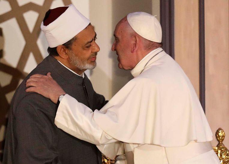 Paus Franciscus ontmoet Ahmed El-Tayeb, groot-imam van de toonaangevende Al Azhar-universiteit in Caïro, in 2017. 'Juist omdat die instelling ook religieus en conservatief is, kan zij een dam vormen tegen het extremisme', schrijft De Volder.  Beeld REUTERS
