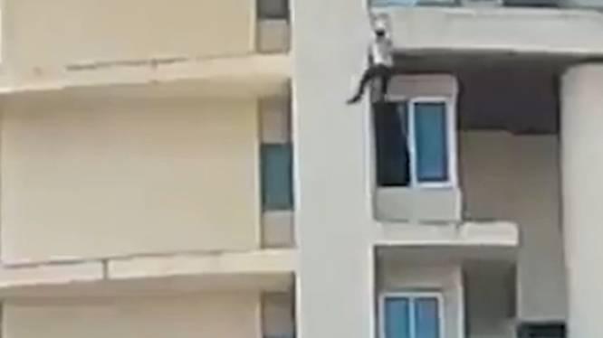 Un homme tombe du 19e étage d'un immeuble en feu