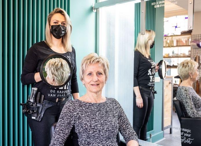 Wilma Hoogendoorn kon na maanden eindelijk weer terecht bij Rielhaariteit in Riel, bij haar vaste kapster Amber van Tilborg.