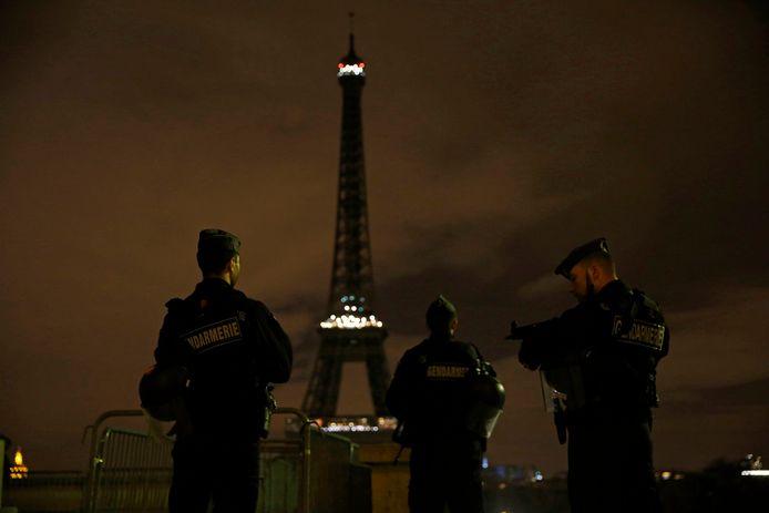 Franse gewapende politie staat voor de Eifeltoren in Parijs, enkele dagen na de dodelijke aanslag in concertzaal Bataclan op 13 november 2015 in Parijs.