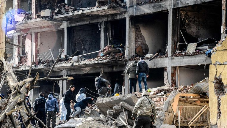 Een politiebureau in het Koerdische Diyarbakir dat donderdag werd opgeblazen. Beeld AFP