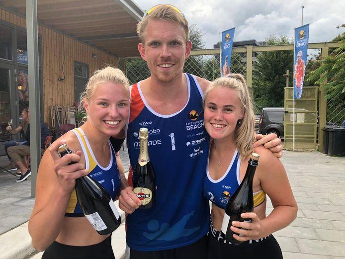 Beachvolleyballer Stefan Boermans met Wies Bekhuis (links) en Nadine Everaert na de finale in Tilburg.