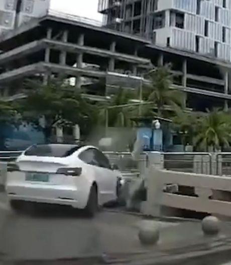 Une Tesla autopilotée termine sa course dans une rivière
