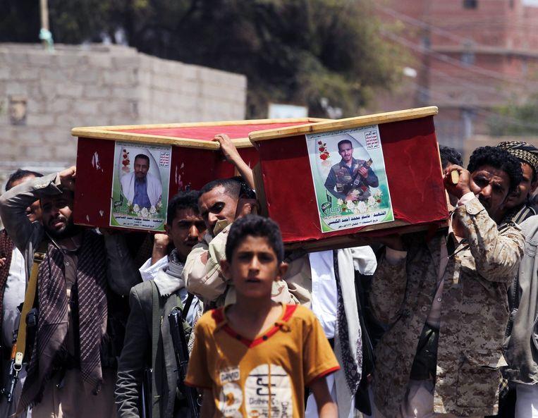 Houthis begraven kameraden die om zouden zijn gekomen bij een bombardement dat is uitgevoerd door de coalitie die wordt geleid door Saoedi-Arabië. Beeld epa